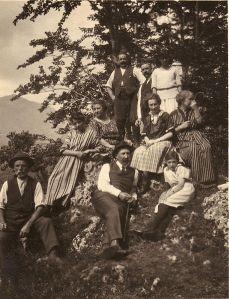 רנטו פוצי'ני ומשפחתו בחיק הטבע, תצלום מ-1907