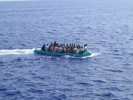 סירת מהגרים לא חוקים ליד האי למפדוזה (תצלום של Micniosi מתוך ויקיפדיה)